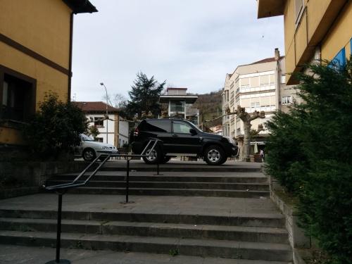 Coches aparcados en Campo de la Iglesia